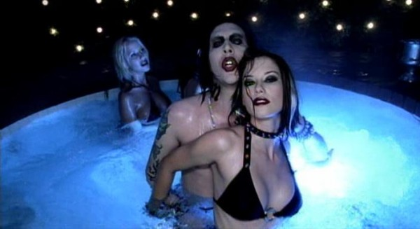 24 Marilyn Manson - Tainted Love (Unrated Version) 2004.avi_snapshot_03.25_[2012.12.07_13.38.30]