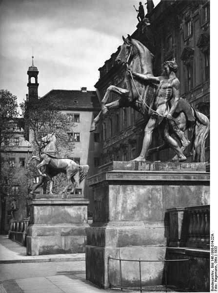 447px-Bundesarchiv_Bild_146-1998-014-22A,_Berlin,_Stadtschloss,_Plastiken_-Rossebändiger-