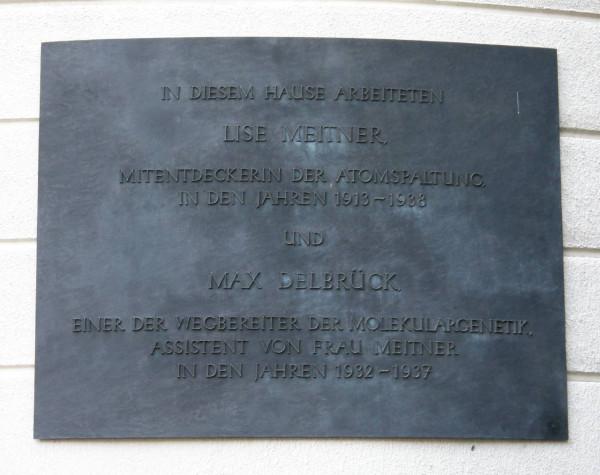 Freie_Universitaet_Berlin_-_Gedenktafel_fuer_Lise_Meitner_und_Max_Delbrueck