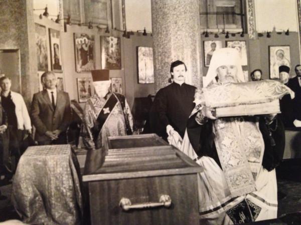 Алексий выносит мощи Невского из Казанского собора в Лавру 1989