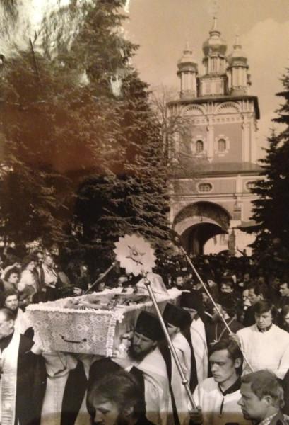 Гроб с телом Пимена прибыл в Лавру. 1990