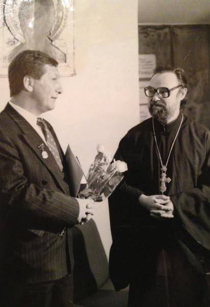 Иоанн вручает Боровому партия эконом смвободы медаль св Даниила 1992