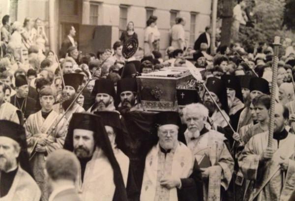 Крестный ход с мощами преп. Серафима направляется к храму Никиты Мученика. 1991