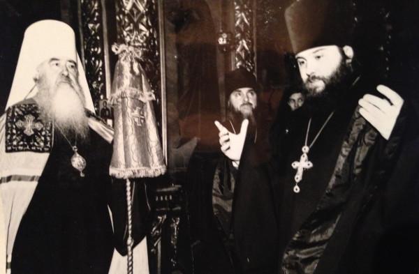 Митрополит Ювеналий награждает орденом Святого Владимра Благочинному Церквей Подольского округа в день сорокалетия. 1996