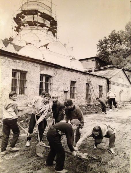 Школьники на субботнике в Рождественской монастыре. 1990.