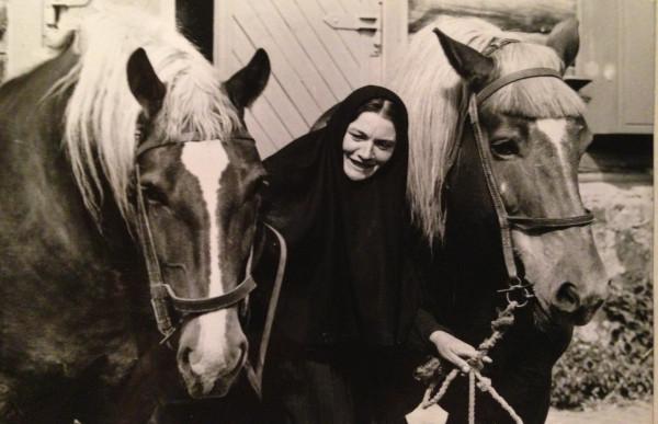 Пюхтицы. Послушница Неонила на скотном дворе. 1989