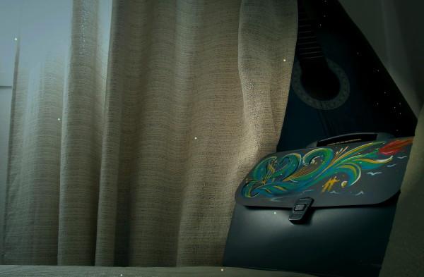 Натюр с занавеской портфелем и гитарой