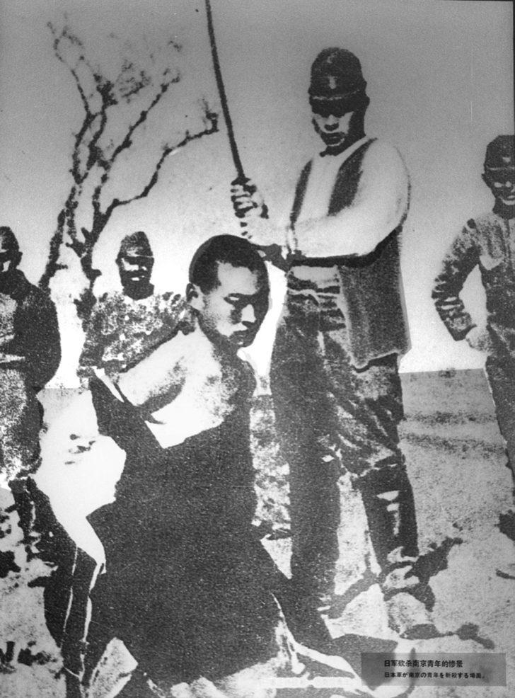 Японский солдат рубит голову китайскому патриоту