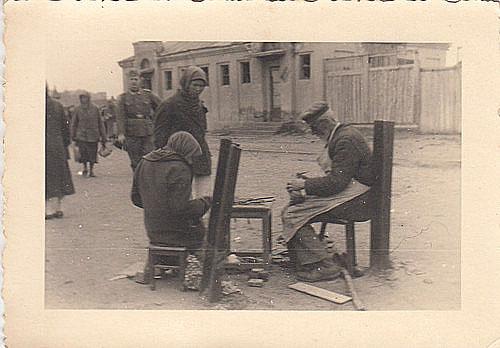WH-Nachrichten Soldat und Schuhputzer in Kiew Rußland 1941