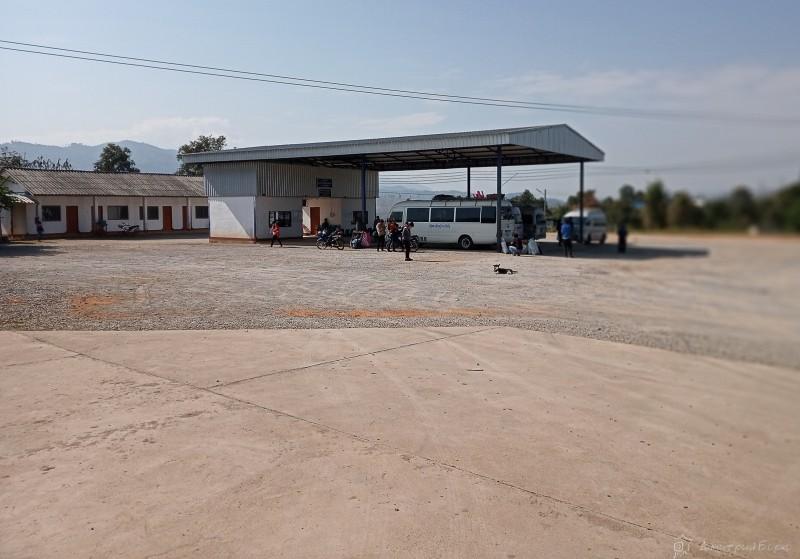 Автостанция Muang Ngeun. Рядом есть несколько классических лапшичных вполне приглядного вида