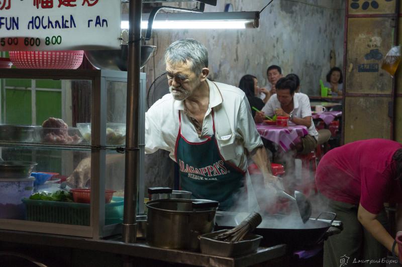 """Дед, готовящий """"адскую смесь"""" с морепродуктами"""