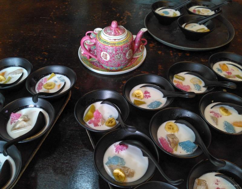 Десерт к чаю: разноцветное не-пойми-что, скорее всего, из риса или бобов, банан и соевое молоко с чем-то сладким