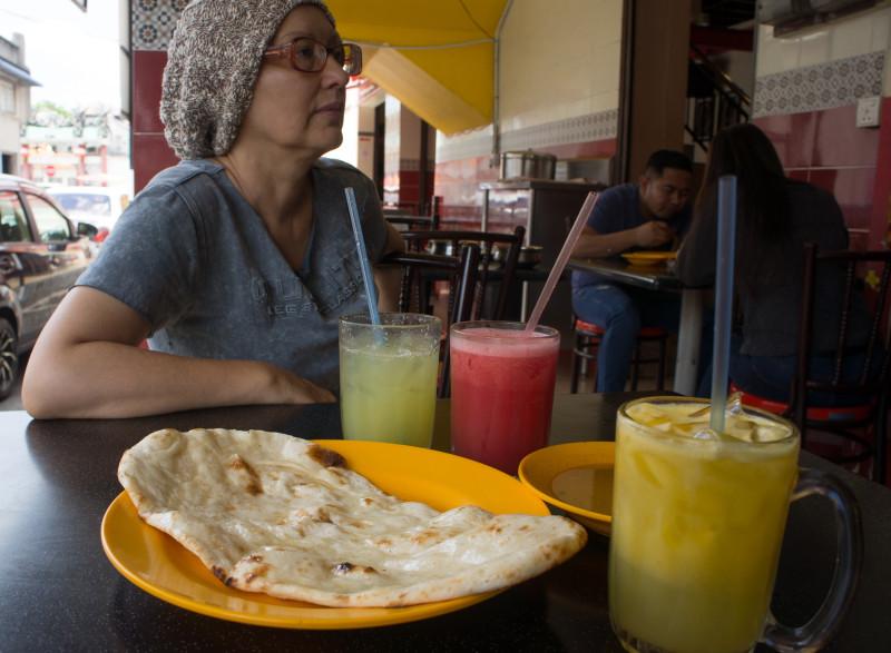 Тандурные лепешки наан с соками на выбор: здесь - манго, ананас и арбуз.
