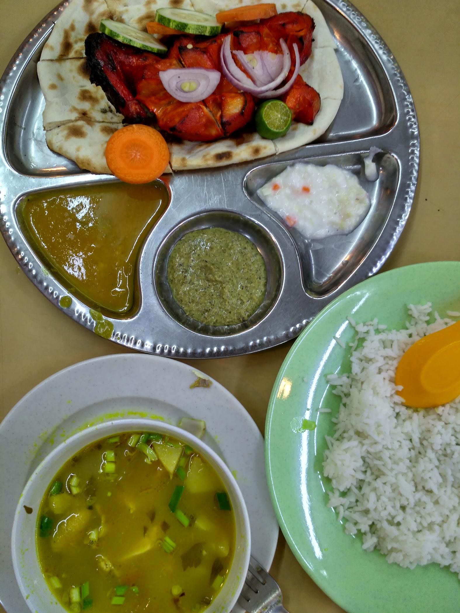 """Классическое индийское металлическое блюдо, на котором подают """"тали"""" - рис с набором разных карри. Но здесь - рис отдельно, а вместо него на блюде острая курочка на лепешке."""