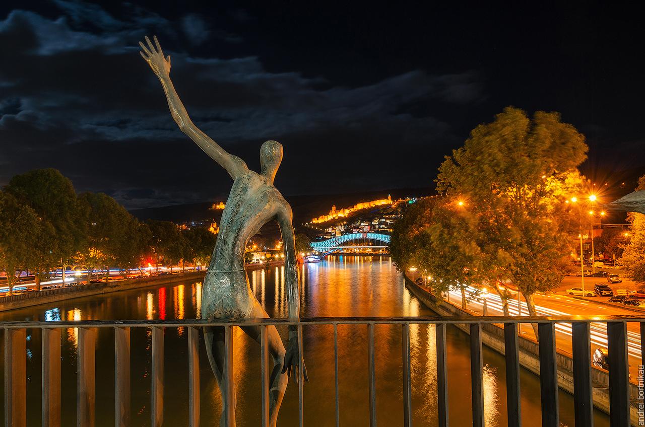 Скульптуры на мосту Тбилиси