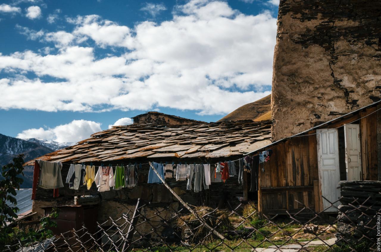 Плитняк - камень, которым накрывают крышу в Сванетии
