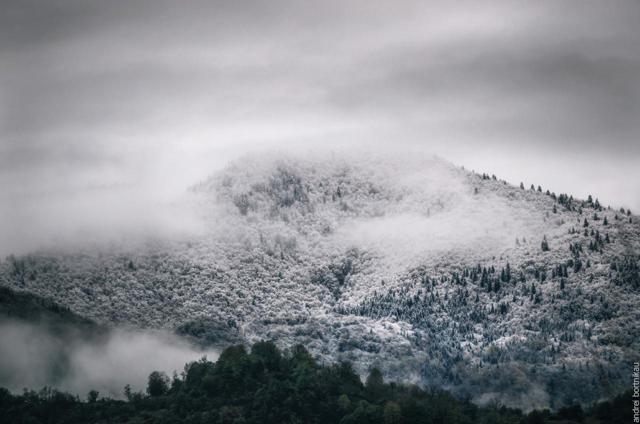 Заснеженные горы Грузии в тумане, Рача-Лечхуми