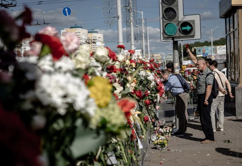 11/08 Мемориал памяти Александра Тарайковского, погибшего в уличных протестах. Каждое утро сотрудники коммунальных служб убирают цветы, но минчане их вновь приносят.