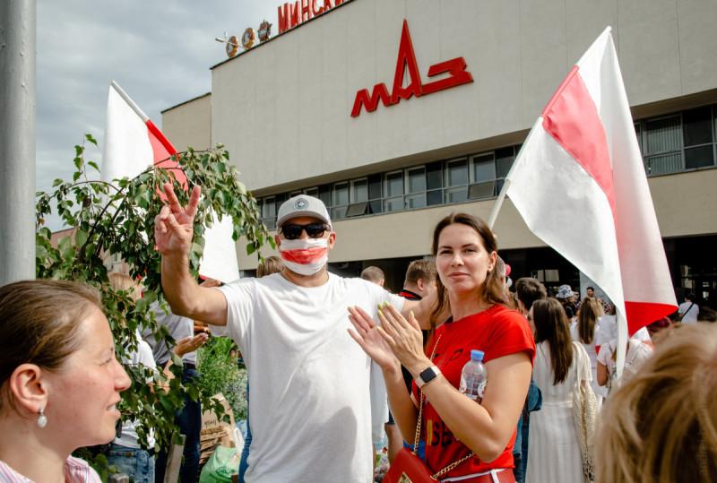 """18/08 Активисты поддерживают работников """"МАЗ"""", желающих присоединится к забастовке."""