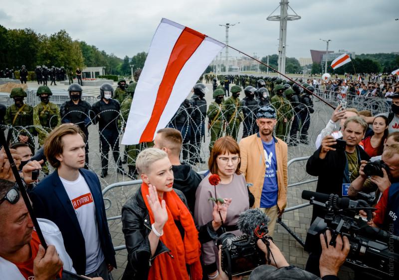 23/08 Мария Колесникова призывает протестующих отойти от военных.