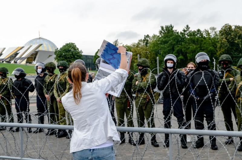 23/08 Женщина показывает фотографии жертв протестов 9-11 августа.