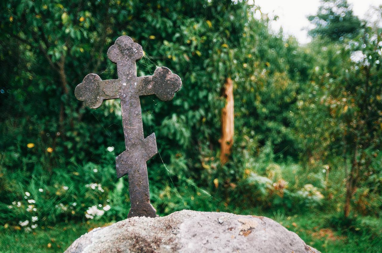 """Крест в усадьбе """"За мосточком"""", Налибокская пуща, Беларусь"""