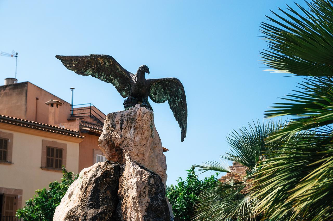 Скульптура Орла у главных ворот Алькудии, Майорка