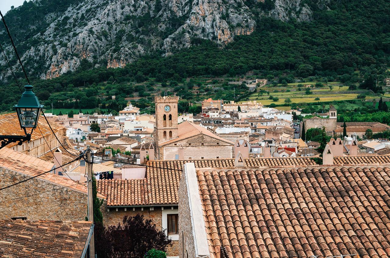 Вид на Польенсу с Галгофы, Майорка. Башня церкви Девы Марии, XIII век
