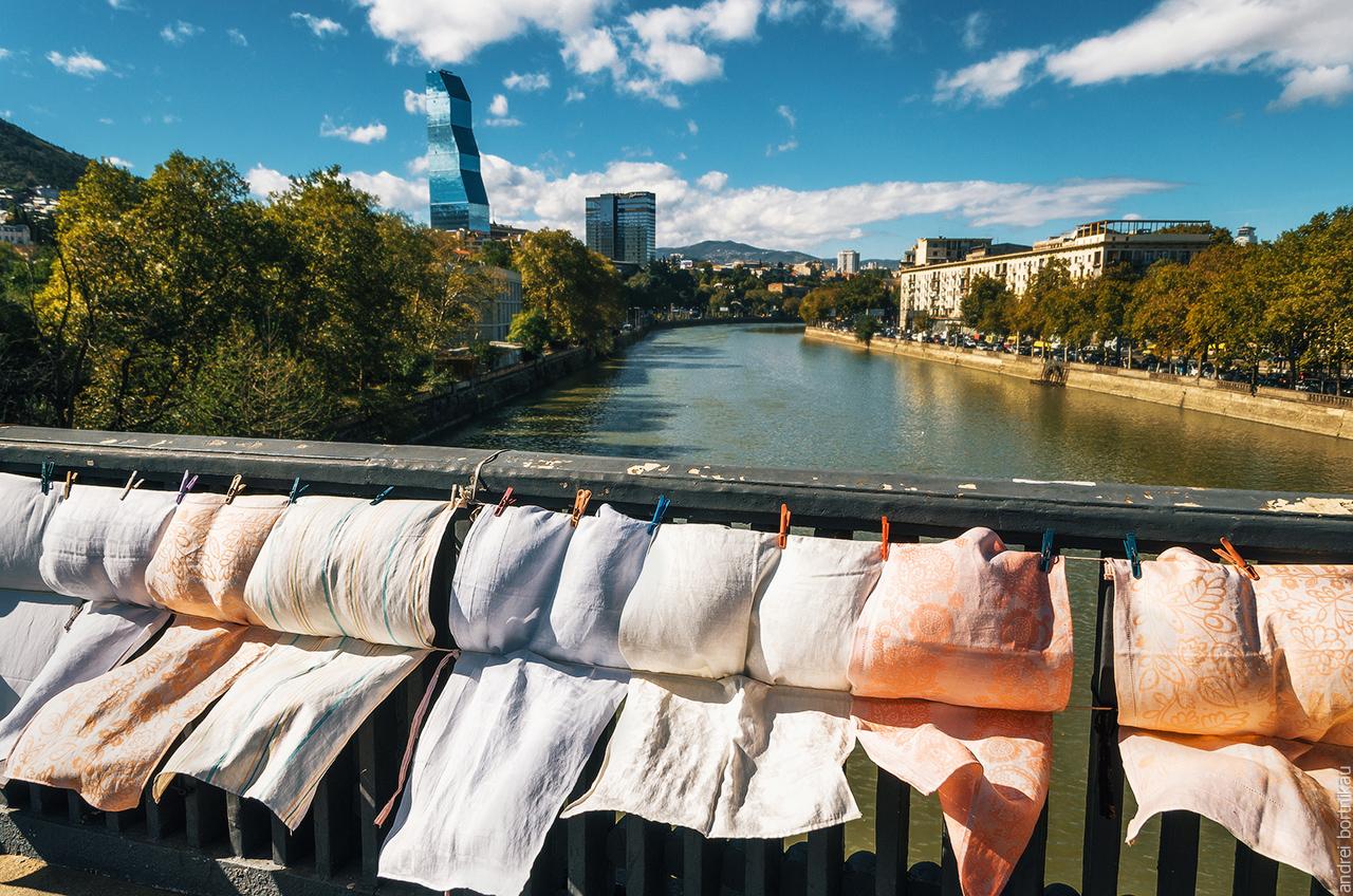 Ткани и белье на блошином рынке Вернисаж на Сухом мосту в Тбилиси