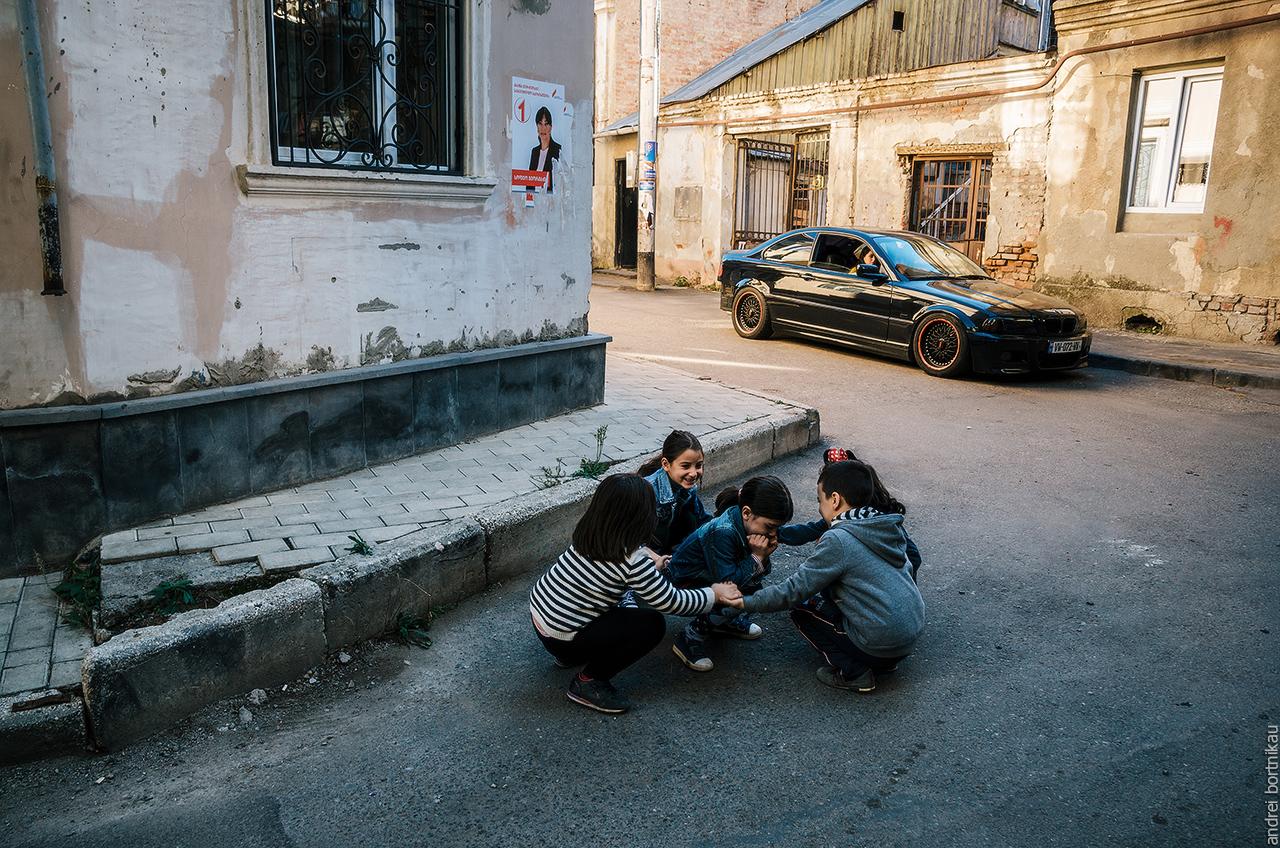 Дети играют на улице, Тбилиси