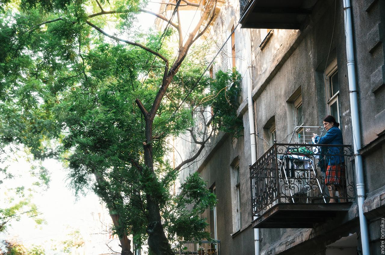 Женщина развешивает белье на балконе, Тбилиси