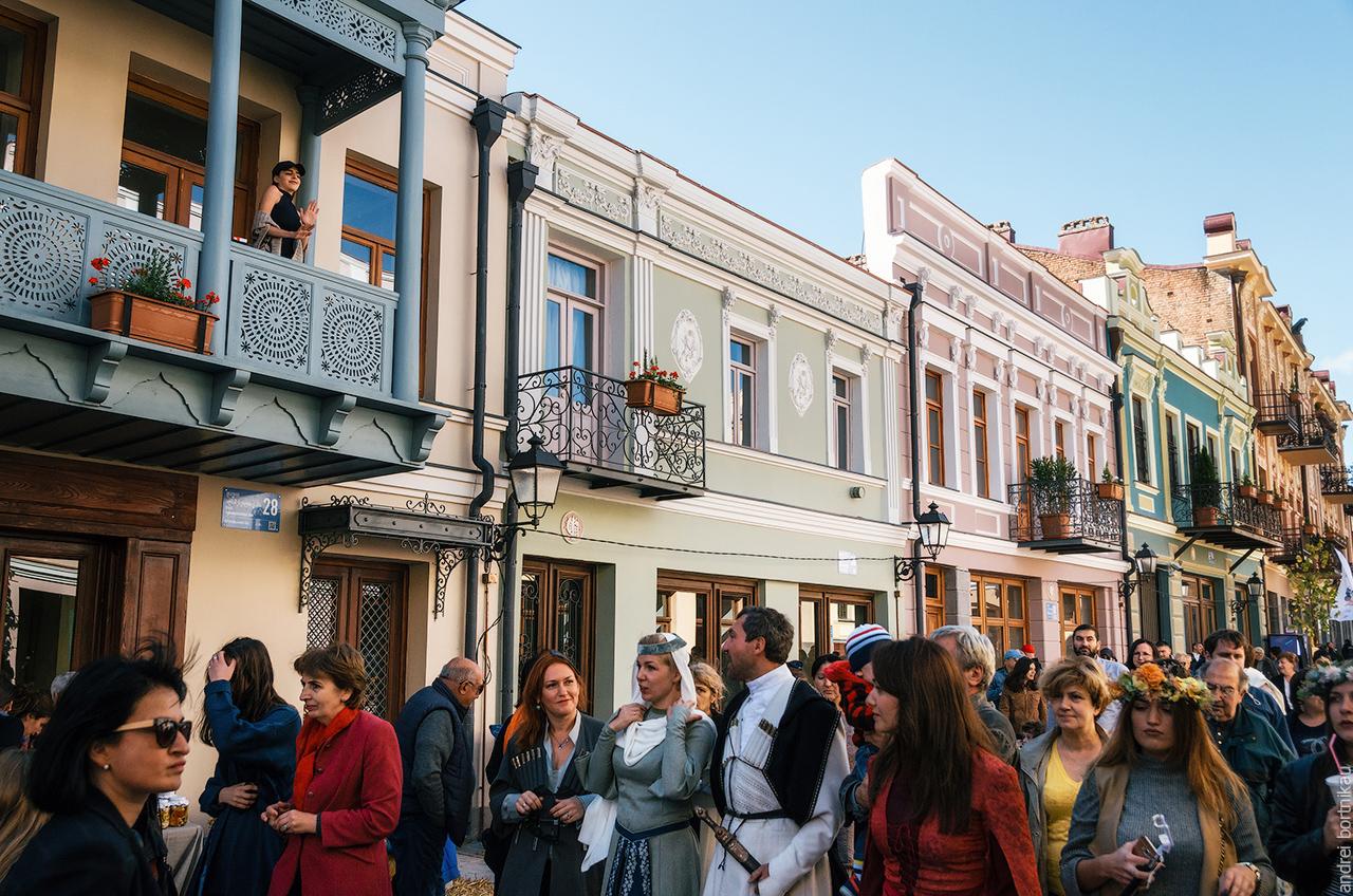 Пешеходная улица в праздник Тбилисоба, Тбилиси, Грузия
