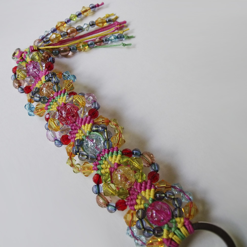 Плетеный браслет с бусинами