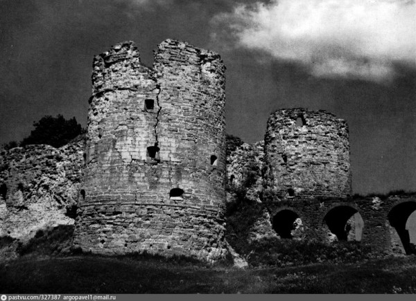 327387 Копорье. Вид крепости с восточной стороны. Середина XV в