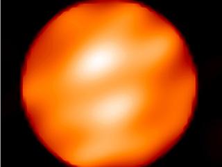 Пятнистая поверхность звезды Бетельгейзе