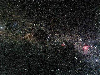Южная часть Млечного Пути от яркой эмиссионной туманности h Киля (справа) через Южный Крест (правее центра) и темную туманность Угольный Мешок (в центре) до b и a Кентавра (слева)