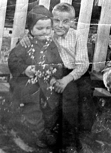 я в 3 года (слева) и деревенский мальчик Вася (справа)
