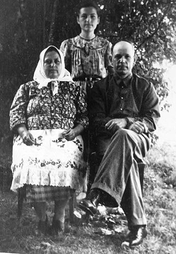 моя мать Мария в молодости, бабушка Анна и дедушка Петр
