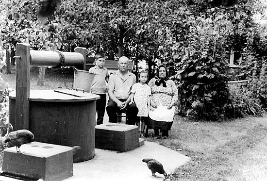 На хуторе у деда Кравчука Петра: слева на право – я, дед Петр, сестра Тамара, бабушка Анна