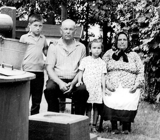 На хуторе у деда Кравчука Петра, мне примерно 9 лет: слева на право – я, дед Петр, сестра Тамара, бабушка Анна