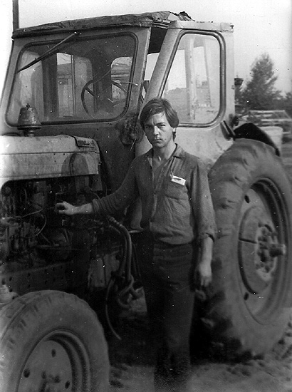 работа трактористом в местном колхозе