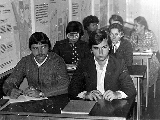 На занятиях по политэкономике, рядом Виктор Хоменко