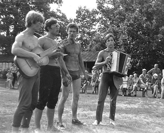 Музыкальный номер во время праздника Нептуна на агробиостанции Ченки, 2-й курс