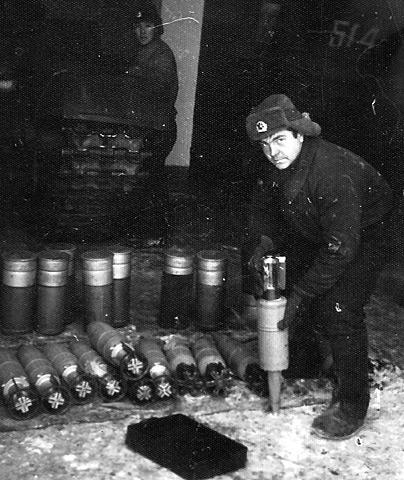 Загрузка снарядов в танк