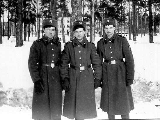 Мой второй танковый экипаж – слева водитель Молдабаев, справа наводчик Соколов, г. Бобруйск