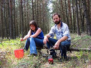 Георгий Козулько с дочкой Натальей в малиннике, 2004 г.