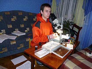 Сын Николай за научной работой, определение жуков-жужелиц