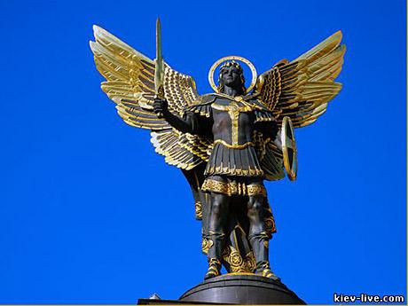 Скульптура покровителя Киева Архангела Михаила на украинском Майдане
