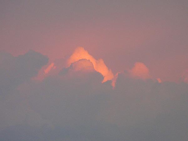 Облако, светящееся на закате солнца 21.04.2012