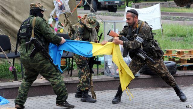 Боевики группировки ДНР разрывают флаг Украины. Донецк, 29 мая 2014 года. Фото ru.krymr.com